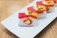 三文鱼被烧的和金枪鱼nigiri 免版税库存图片