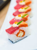 三文鱼被烧的和金枪鱼nigiri 库存图片