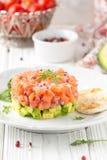 三文鱼鞑靼用红洋葱,鲕梨,芝麻菜,面包多士美丽的快餐,饮食食物,开胃菜为圣诞节假日 ? 库存图片