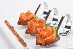 三文鱼食家开胃菜在一把特别装饰匙子服务 免版税库存照片