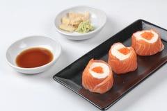 三文鱼马约角rolll,在三文鱼的沙拉奶油冠上了虾鸡蛋 免版税库存图片