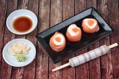 三文鱼马约角rolll,在三文鱼的沙拉奶油冠上了虾鸡蛋 库存图片
