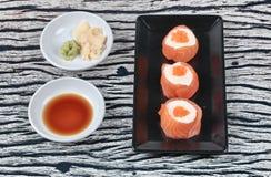 三文鱼马约角rolll,在三文鱼的沙拉奶油冠上了虾鸡蛋 库存照片