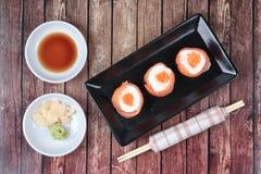 三文鱼马约角rolll,在三文鱼的沙拉奶油冠上了虾鸡蛋 免版税库存照片