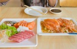 三文鱼鱼和其他钓鱼未加工在桌上 图库摄影