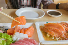 三文鱼鱼和其他钓鱼未加工在桌上 免版税库存图片
