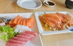 三文鱼鱼和其他钓鱼未加工在桌木头 库存照片