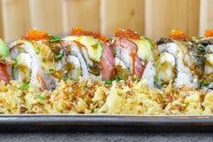 三文鱼鳗鱼和乳脂干酪寿司卷 免版税库存照片