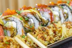 三文鱼鳗鱼和乳脂干酪寿司卷 免版税图库摄影
