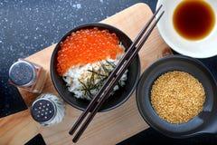 三文鱼鸡蛋用在日本式的米 免版税库存图片