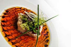 三文鱼,被变成焦糖和与绿色 库存图片