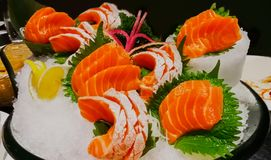 三文鱼-动物,鱼,食物,柠檬-果子、食物和饮料 库存图片