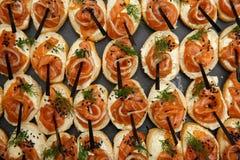 三文鱼bruschetta或点心关闭  健康的食物 鱼开胃菜 可能 免版税图库摄影