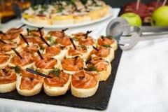 三文鱼bruschetta或点心关闭  健康的食物 鱼开胃菜 免版税库存图片