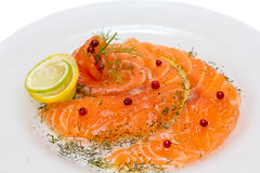 三文鱼Carpaccio用二个柠檬桃红色胡椒和汁液  免版税库存图片
