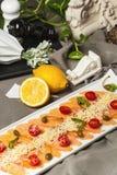三文鱼Carpaccio用西红柿和酒和Aperol 免版税库存图片