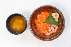三文鱼Donburi :未加工和煮熟的很好切成小方块的三文鱼和Ebiko用日语蒸的米 服务用大酱汤 免版税库存照片