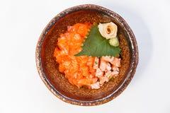 三文鱼Donburi :未加工和煮熟的很好切成小方块的三文鱼和Ebiko用日语蒸的米 服务用大酱汤 免版税图库摄影