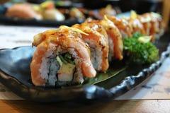 三文鱼Engawa卷和delicous日本食物和精选的焦点 免版税库存图片