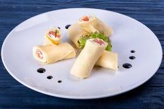 三文鱼lavash卷用乳酪和草本在玻璃板,关闭看法 库存照片
