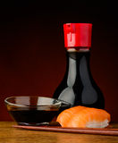 三文鱼nigiri寿司用酱油 免版税图库摄影