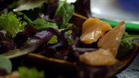 三文鱼sachimi的慢动作在准备的 妇女厨师手特写镜头  影视素材