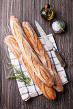 三新鲜的法国长方形宝石、橄榄油和迷迭香 库存图片