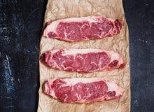 三新鲜的牛排使在纸基体的牛肉有大理石花纹 免版税库存照片