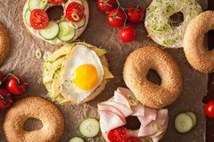 三明治品种在百吉卷的:鸡蛋,鲕梨,火腿,蕃茄,软 库存照片