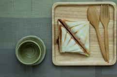三明治在一个木盘子喜欢 库存图片