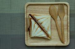 三明治在一个木盘子喜欢 免版税库存照片