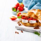 三明治新月形面包用山羊乳干酪 库存图片