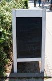 三明治有白色木制框架的标志黑板 黑板显示删掉的白色白垩的阴影 库存图片