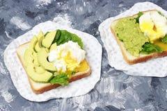 三明治有鲕梨和蛋特写镜头,白色和灰色背景 免版税库存图片