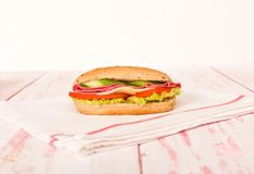 三明治用乳酪、蕃茄、蒜味咸腊肠、黄瓜和莴苣在wo 图库摄影