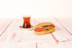 三明治用乳酪、蕃茄、蒜味咸腊肠、黄瓜和莴苣在wo 免版税库存图片
