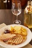 三明治用乳酪和香肠在格栅油煎了 有芯片和多士面包快餐的一块板材  白色盘用的开胃菜 免版税库存图片