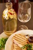 三明治用乳酪和香肠在格栅油煎了 有芯片和多士面包快餐的一块板材  白色盘用的开胃菜 免版税库存照片