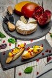 三明治用乳酪,亚尔方索芒果,顶视图 健康吃概念,Bruschetta用芒果和乳酪 自创 垂直的图象 免版税图库摄影