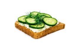 三明治用乳酪,黄瓜,隔绝在白色背景 库存图片