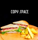 三明治用在一个木板的被烘烤的土豆 复制空间 免版税库存图片