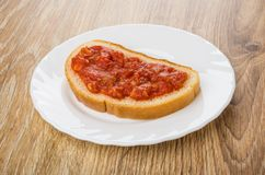 三明治用在白色板材的蕃茄开胃菜在桌上 库存图片