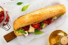 三明治用干蕃茄、咸味干乳酪乳酪和火箭沙拉 库存图片