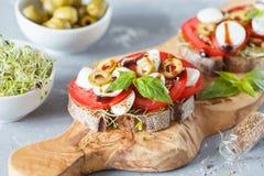 三明治用无盐干酪、蕃茄和橄榄 库存照片