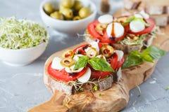 三明治用无盐干酪、蕃茄和橄榄 图库摄影