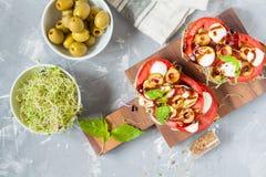 三明治用无盐干酪、蕃茄和橄榄 免版税库存图片