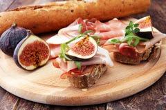 三明治用无花果和熏火腿 开胃小菜食家bruschetta 免版税库存照片