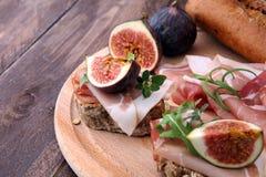 三明治用无花果和熏火腿 开胃小菜食家bruschetta 库存图片