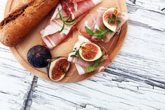 三明治用无花果和熏火腿 开胃小菜食家bruschetta 库存照片