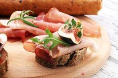 三明治用无花果和熏火腿 开胃小菜食家bruschetta 免版税图库摄影